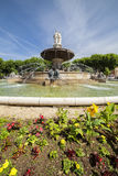 Brunnen am La Rotonde mit Blumen in Aix-en-Provence Stockbilder