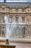 Brunnen am Louvre, Paris Stockfoto