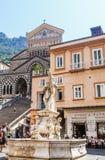Brunnen mit der Statue von St Andrew lizenzfreies stockfoto