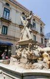 Brunnen mit der Statue von St Andrew lizenzfreie stockbilder