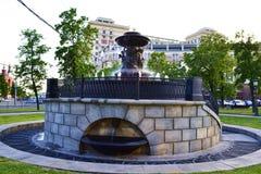 Brunnen mit Engeln und dem Kopf eines Löwes Stockbilder