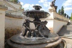 Brunnen mit Frauen und Seeschlange im Garten von Linderhof ziehen sich im Bayern zurück (Deutschland) Stockfotografie