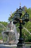 Brunnen mit Gaslichtern Stockbild