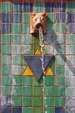 Brunnen mit Löwe und Kreuz Stockfoto