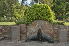 Brunnen mit menschlichem Kopf im botanischen Garten Lizenzfreie Stockfotos