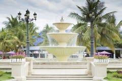 Brunnen mit Palmen und Laternen Stockbild