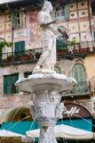 Brunnen mit römischer Statue rief Madonna Verona an Stockfotos