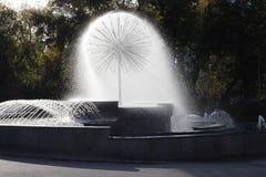 Brunnen mit spritzt im Park am hellen sonnigen Tag des Herbstes stockfoto