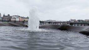 Brunnen mit Stadtansichten stock footage