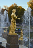 Brunnen mit Statuen in Peterhof Stockfoto