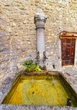 Brunnen mit Trinkwasser im inneren Gericht von Chillon-Schloss Stockfotos