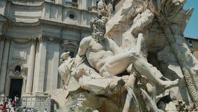 Brunnen mit vier Flüssen im Marktplatz Navona in Rom Italien stock footage