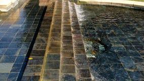 Brunnen mit Wasser, das über mit Ziegeln gedeckte Schritte UCLA fließt stock video