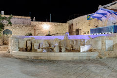 Brunnen mit Zahlen der Sternzeichen auf dem Kdumim-Quadrat nachts in der alten Stadt Yafo, Israel Stockfotos