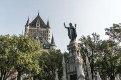 Brunnen-Monument Kanadas Québec-Stadt der Glaubenfrau vor Chateau Frontenac-Touristenattraktion UNESCO-Erbe stockfotografie