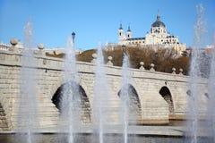 Brunnen nähern sich Brücke von Segovia und von Kathedrale von Nuestra Senora Lizenzfreies Stockfoto