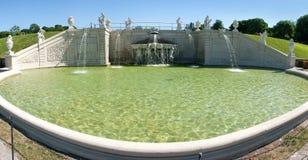 Brunnen nahe Belvedere-Schloss in Wien stockbilder