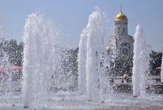 Brunnen-Park-Sieg St- Georgetempel im Hintergrund, Lizenzfreies Stockfoto