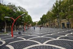 Brunnen quadrieren in Baku-Stadt, rote Lampen Lizenzfreie Stockfotografie
