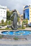 Brunnen-Schilderung eine Frau, die auseinander am Rand der Schüssel mit den Armen steht lizenzfreies stockbild