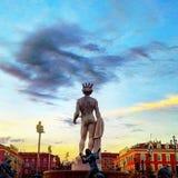 Brunnen Soleil auf Sonnenuntergang auf Platz Massena in Nizza, Apollo-Skulptur, Frankreich Stockbilder