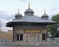 Brunnen Sultan Ahmeds III in Istanbul Stockbilder