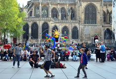 Am Brunnen tanzen, Paris Stockfoto