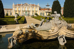 Brunnen u. Facade.National-Palast. Queluz.Portugal Lizenzfreie Stockfotos