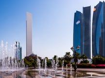 Brunnen- und Abu Dhabi-Skyline Lizenzfreies Stockfoto