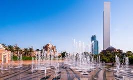 Brunnen- und Abu Dhabi-Skyline Lizenzfreie Stockfotografie