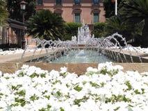 Brunnen und Blumen lizenzfreies stockfoto