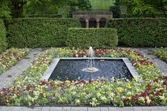 Brunnen und Blumen Stockfotografie
