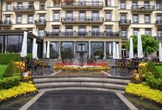 Brunnen und Blumen vor schönem Gebäude (die Schweiz) stockfoto