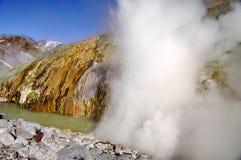 Brunnen und Dampf vom Geysir Gefrorene Lava des Vulkans Tal der Geysire Kronotsky-Zustands-Naturreservat kamchatka lizenzfreie stockfotos