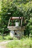 Brunnen und Eimer stockfotografie