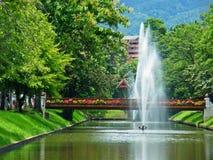 Brunnen und grüner Garten Stockfoto