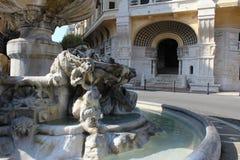 Brunnen und Haus Lizenzfreies Stockbild