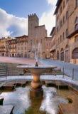 Brunnen und italienischer Marktplatz Stockfoto