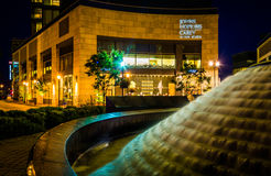 Brunnen und John Hopkins Carey Business School nachts herein lizenzfreie stockfotos