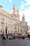 Brunnen und Kirche am Marktplatz Navona, Rom, Italien Stockbild