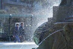 Brunnen und Leute Stockfoto