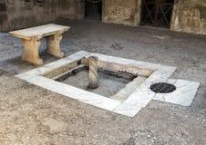 Brunnen und Mosaikfußboden im römischen Haus in Parco Archeologico di Ercolano Stockfotos