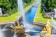Brunnen und Seekanal in Perterhof-Palast, St Petersburg Stockfotos