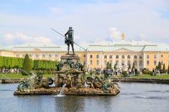 Brunnen und Skulpturen im oberen Park von Peterhof Stockbilder