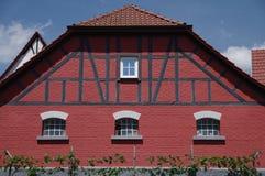 Brunnen underhöll den gamla tegelstenladugården med bråckbandet Arkivfoto