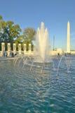 Brunnen am US-Weltkrieg-gedenkenden Erinnerungszweiten Weltkrieg in Washington Gleichstrom an der Dämmerung S Weltkrieg-gedenkend Stockfotos