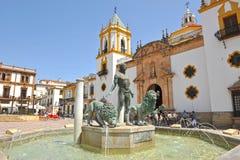 Brunnen von Herkules und Kirche unserer Dame von Socorro, Provinz Rondas, Màlaga, Spanien lizenzfreie stockfotos