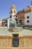Brunnen von Herkules und Kirche unserer Dame von Socorro, Provinz Rondas, Màlaga, Spanien lizenzfreies stockbild