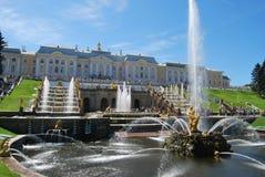 Brunnen von Peterhof Stockfotos