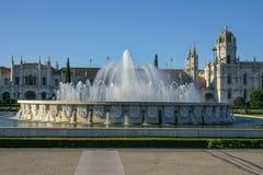 Brunnen vor Kloster des Jeronimos in der Nachmittagssonne stockbild